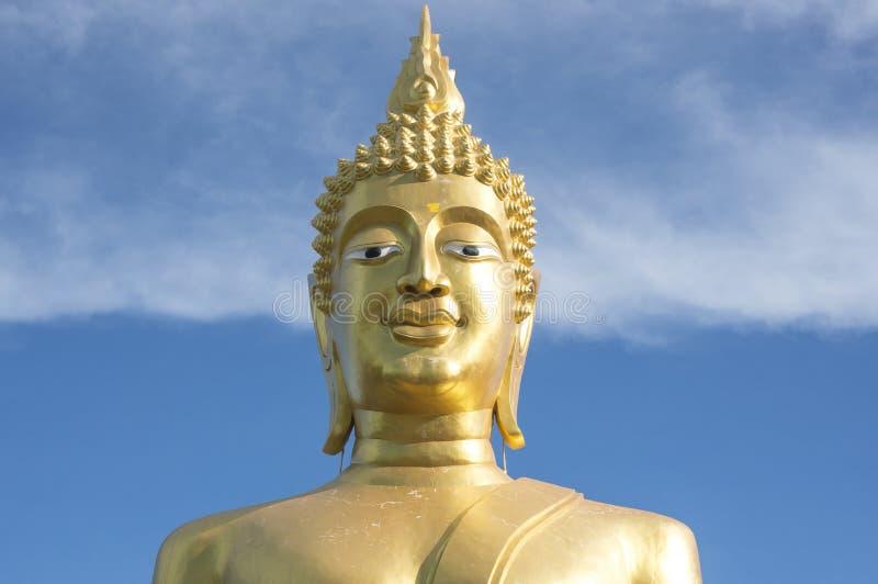 Grande estátua dourada da Buda no templo com céu azul e a nuvem branca fotos de stock royalty free