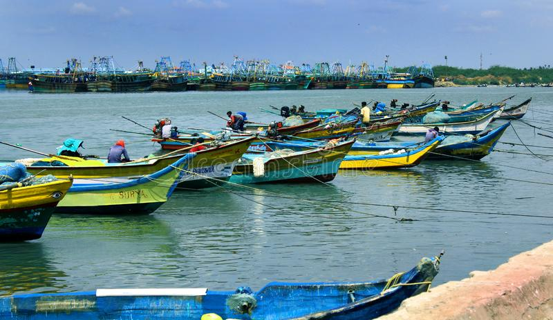 Grande estacionado e botes na praia karaikal imagens de stock royalty free