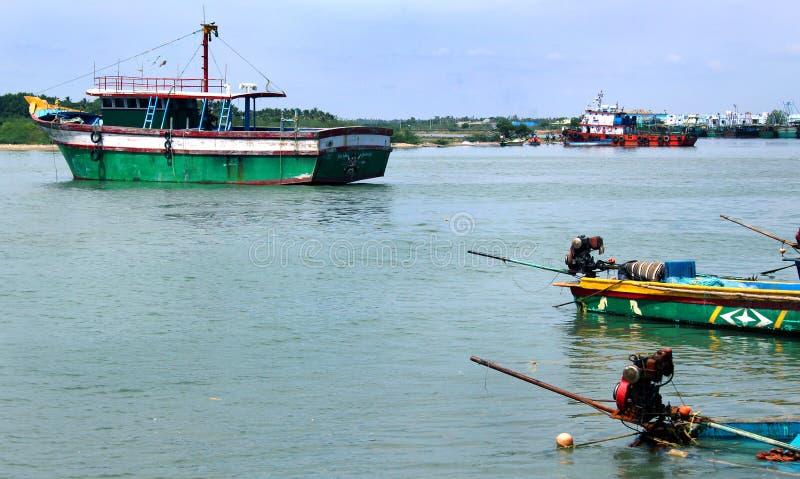 Grande estacionado e botes na praia karaikal fotos de stock royalty free