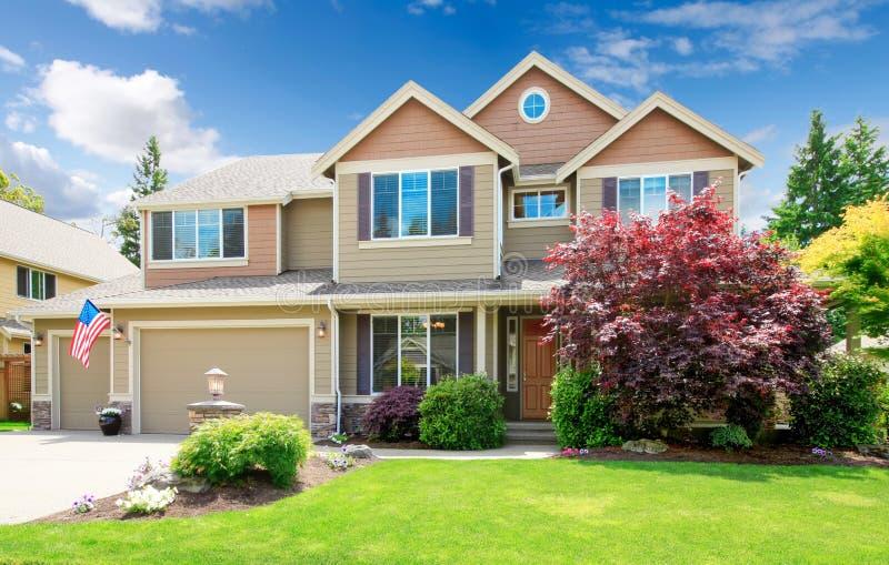Grande esterno di lusso beige americano della parte anteriore della casa. fotografie stock libere da diritti