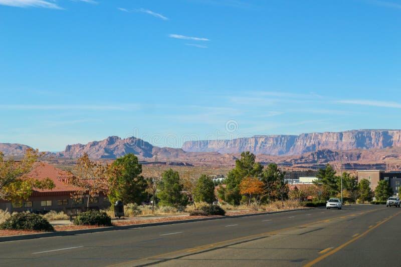 Grande estrada que conduz ao lago Powell ( Glenn Canyon ) Represa perto da página no Arizona, EUA imagens de stock