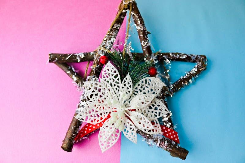 Grande estrela de madeira bonita decorativa do Natal, uma grinalda feito a si próprio do advento de ramos do abeto e varas no ano imagens de stock