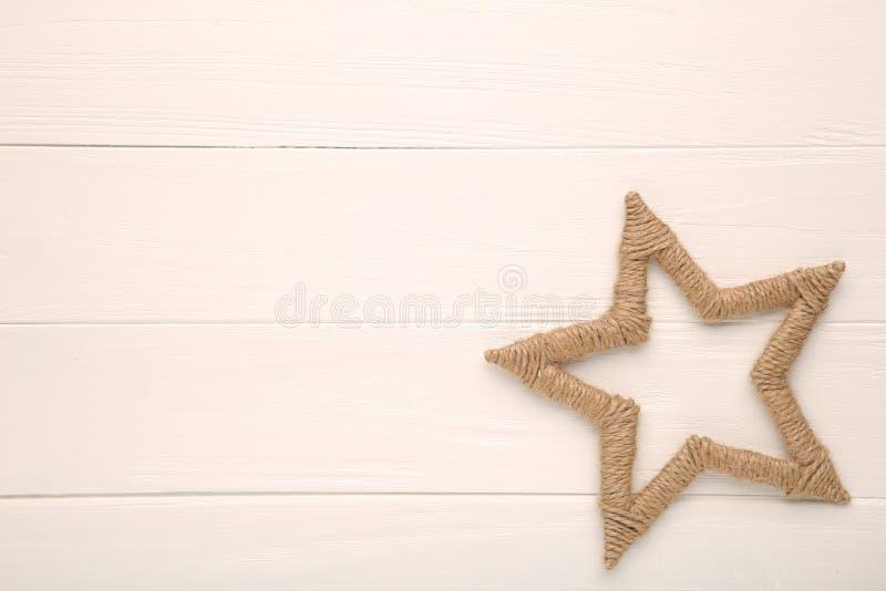 Grande estrela decorativa da linha na tabela branca fotografia de stock royalty free