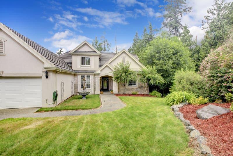 Grande exterior agradável bege cinzento da casa fotos de stock