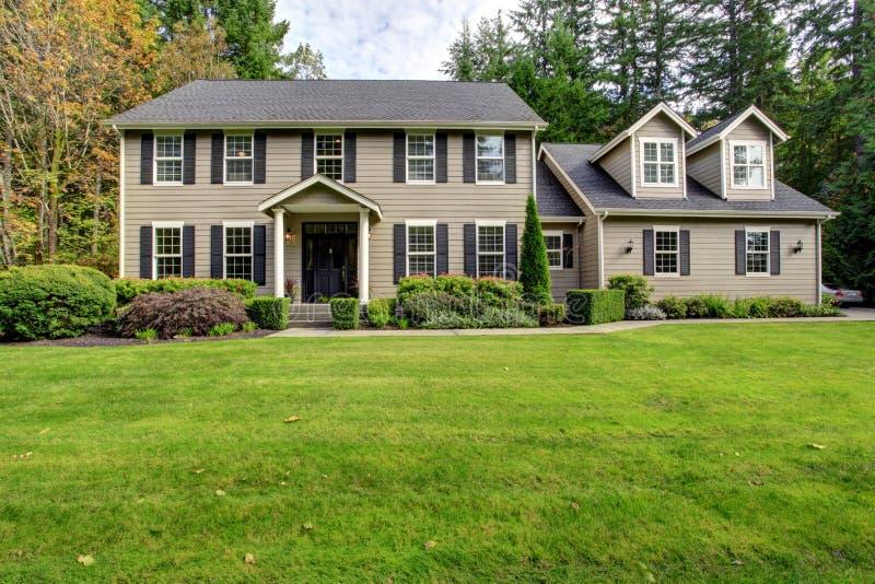 Grande exterior clássico da casa fotografia de stock