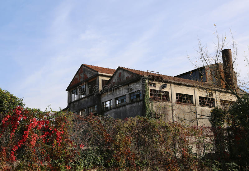 grande fabbrica abbandoned con l'alto camino in Europa fotografia stock