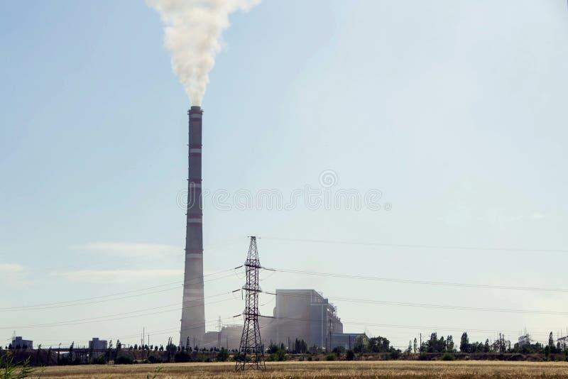Grande fabbrica, centrale elettrica termoelettrica, aumentare del fumo di riscaldamento globale fotografie stock libere da diritti