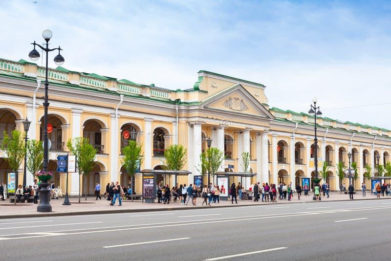 A grande fachada de Gostiny Dvor, St Petersburg imagens de stock