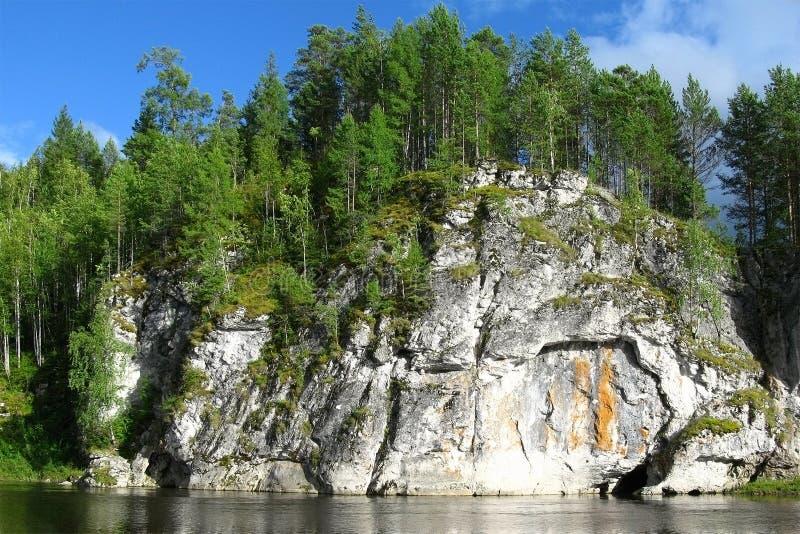 Grande falaise au-dessus de la rivière avec la forêt sur le dessus Arbres s'élevant sur la pierre, personne images stock
