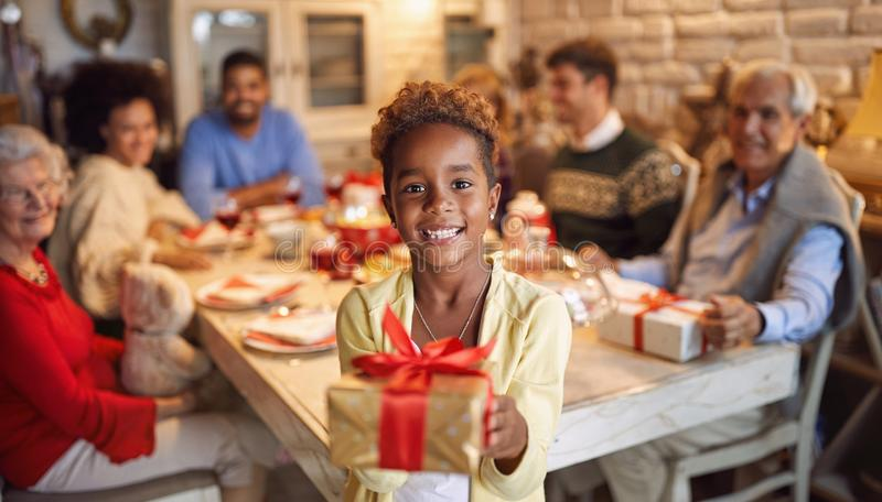Grande família feliz para comemorar o Natal - menina bonito que dá o presente x-mas imagens de stock royalty free