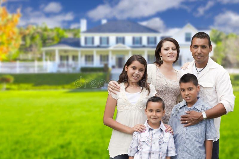 Grande família latino-americano na frente de sua casa nova imagem de stock royalty free