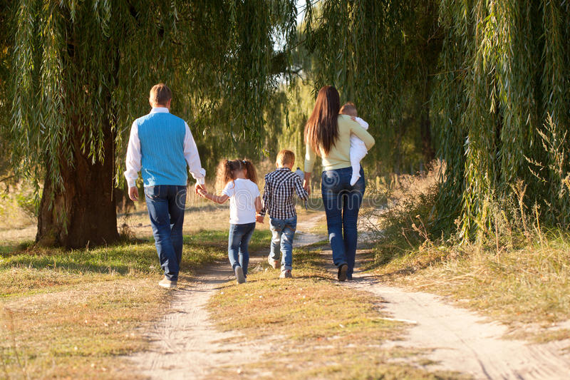 Grande famiglia che cammina nel parco immagini stock