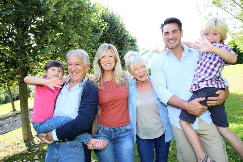 Grande famiglia felice che fa una passeggiata immagini stock
