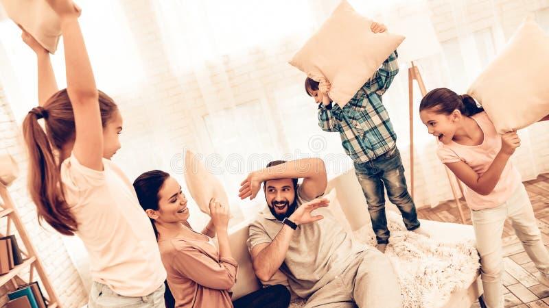 Grande famiglia sveglia felice che ha lotta di cuscino fotografia stock libera da diritti