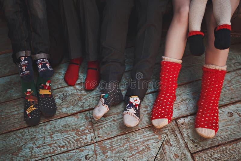 Grande famille dans des chaussettes de Noël Seulement les jambes photos libres de droits