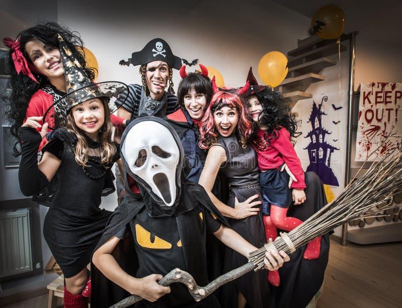 Grande famille dans des costumes de Halloween images stock