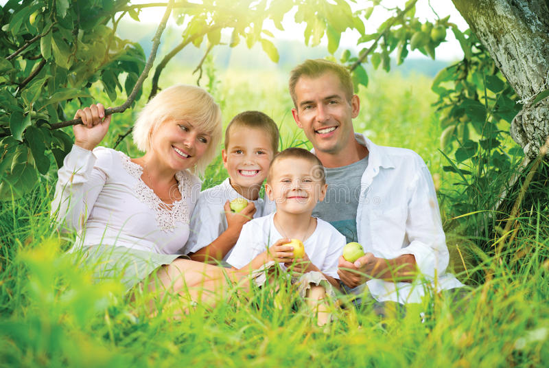 Grande famille dehors photographie stock
