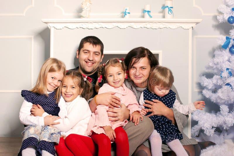 Grande famille heureuse étreignant près de l'arbre de Noël. photo libre de droits