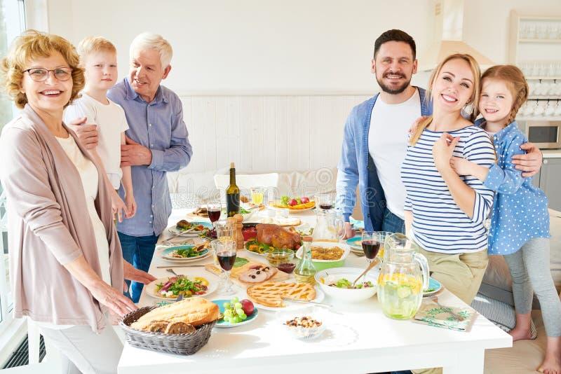Grande famille heureuse posant au Tableau de dîner photographie stock libre de droits