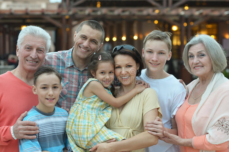 Grande famille heureuse se tenant ensemble photographie stock