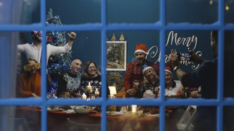 Grande famille prenant la photo ensemble à Noël image libre de droits