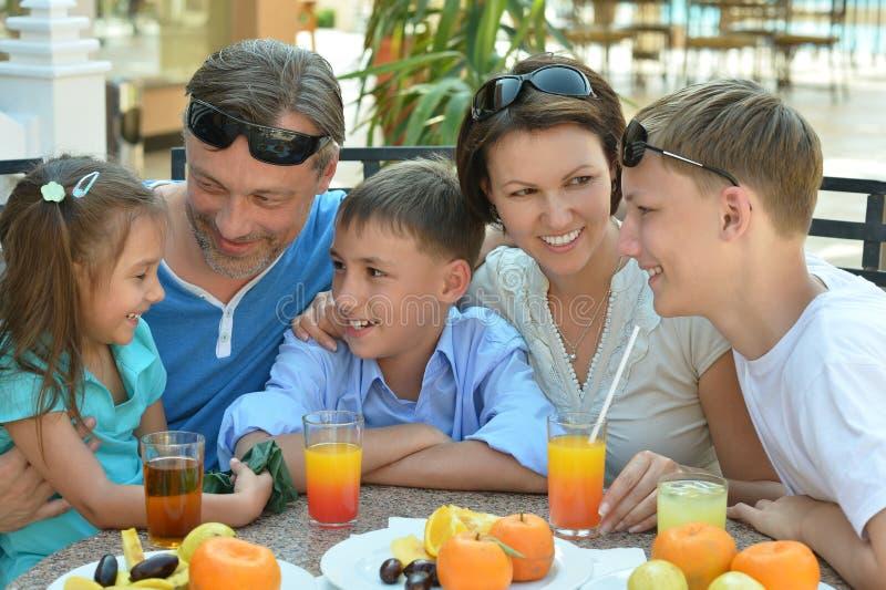 Grande famille prenant le petit déjeuner image libre de droits