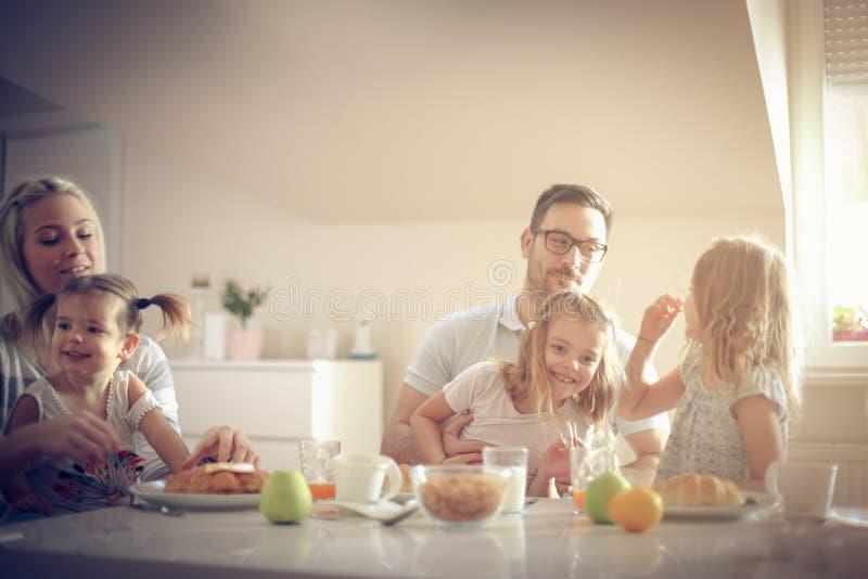 Grande famille prenant le petit déjeuner ensemble images libres de droits