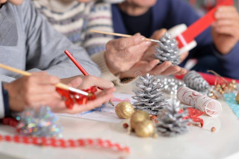Grande famille se préparant à Noël photographie stock libre de droits