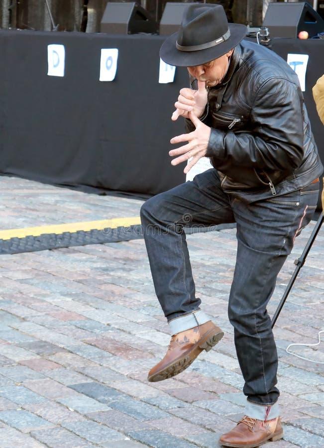 Grande fan de danse de la musique de Lennon sur le soixante-quinzième anniversaire du festival de John Lennon à Riga photographie stock