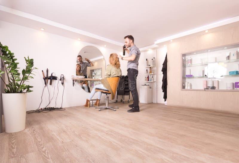 Grande fantasia int moderno do cabelo da mulher de funcionamento do cabeleireiro do cabeleireiro imagens de stock royalty free