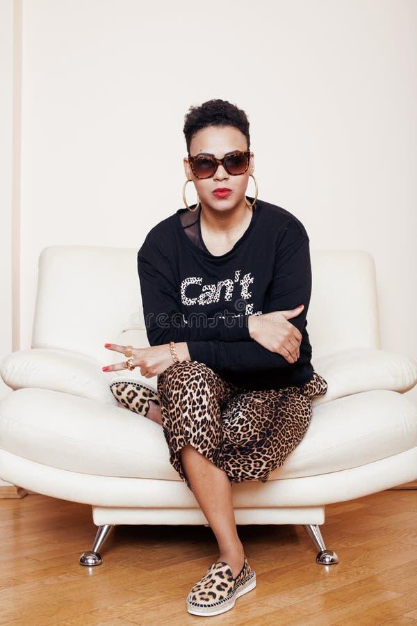 Grande femme de maman d'afro-américain assez élégant bien habillée le butin détendent à la maison, copie de léopard sur des cloth image stock