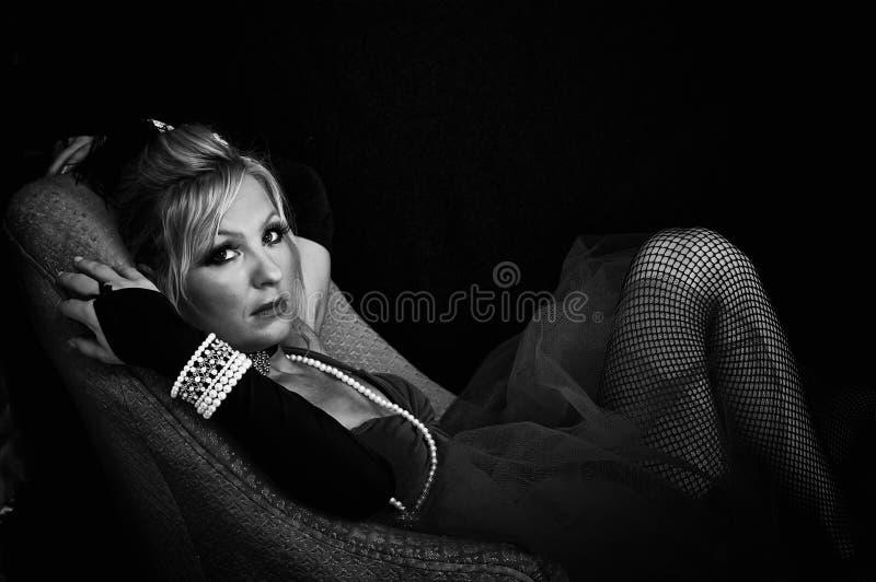 Grande femme observée en noir et blanc photographie stock