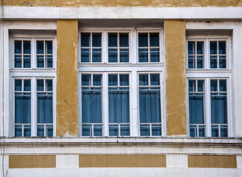 Grande fenêtre dans le vieux bâtiment photographie stock