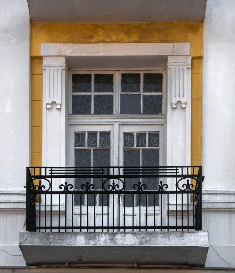 Grande fenêtre dans le vieux bâtiment photo libre de droits