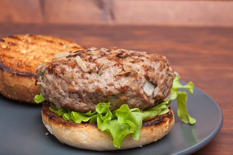Grande fine aperta dell'hamburger su fotografia stock libera da diritti