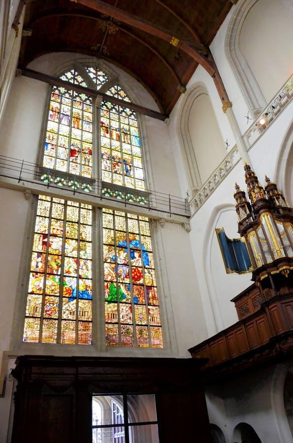 Grande finestra di vetro macchiato e un organo del tubo immagine stock