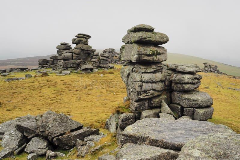 Grande fiocco Tor con la nebbia che gira sulle colline, Dartmoor National Park, Devon fotografia stock libera da diritti