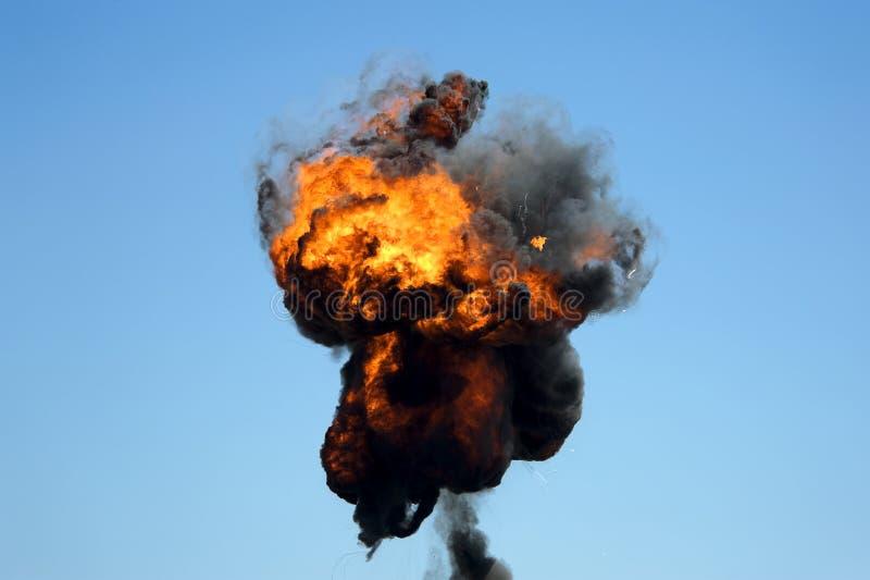 Grande fogo industrial com fumo preto grosso imagens de stock