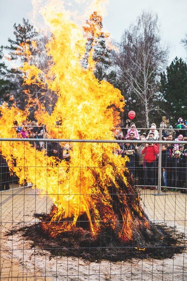 Grande fogueira atrás da cerca no carnaval do feriado fotografia de stock royalty free