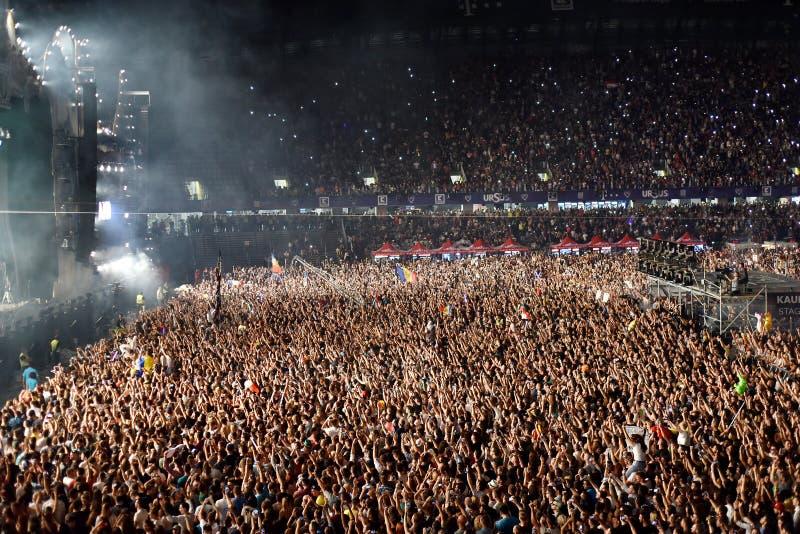 Grande folla della gente ad un concerto nella parte anteriore della fase immagine stock
