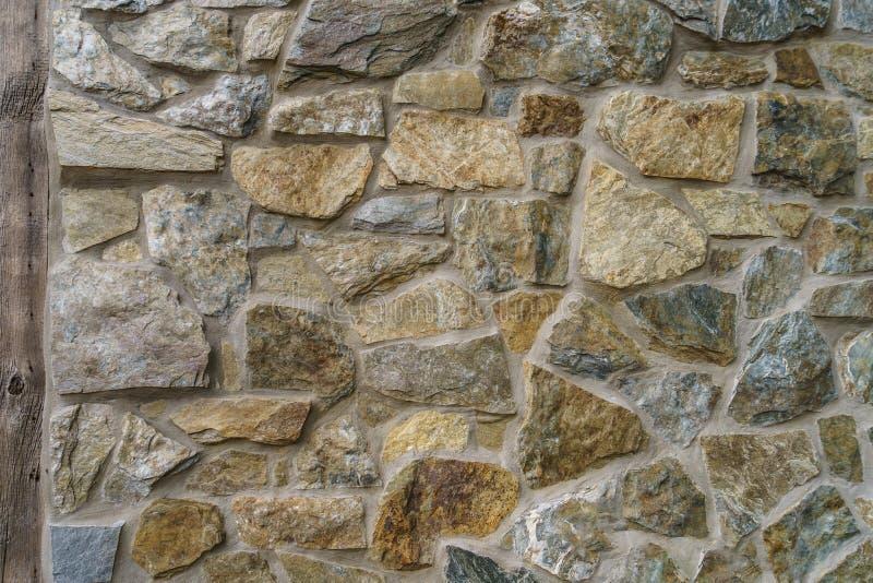 Grande fondo della parete di pietra con il paese di legno di Amish della plancia immagine stock