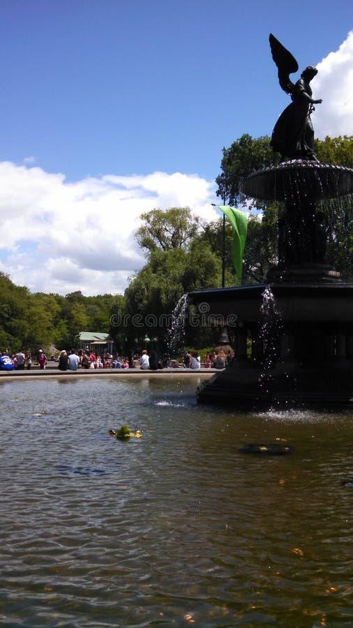 Grande fontaine en parc image libre de droits