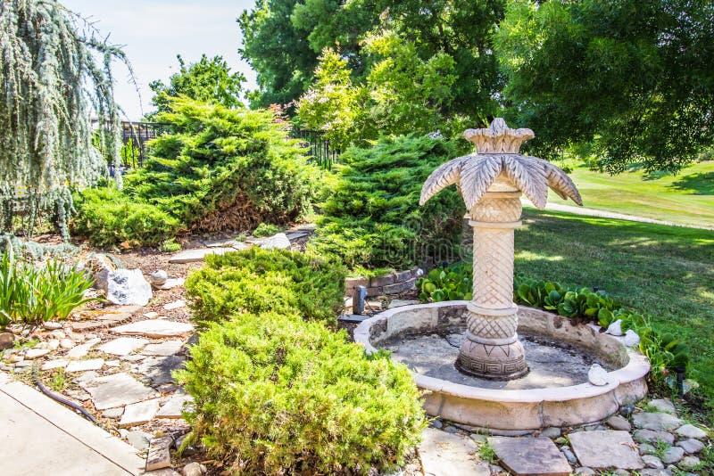 Grande fontana del bagno dell'uccello della palma nell'iarda posteriore immagini stock libere da diritti
