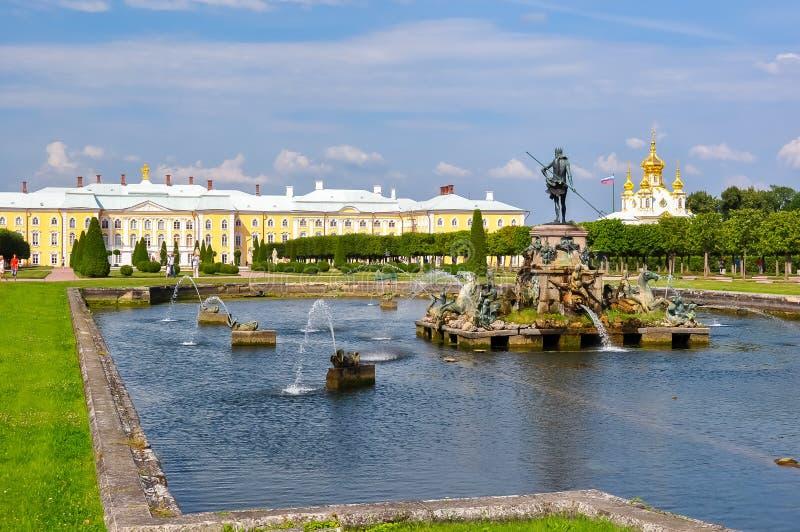Grande fontana del palazzo e di Nettuno di Peterhof in parco superiore di Petrodvorets, San Pietroburgo, Russia fotografia stock libera da diritti