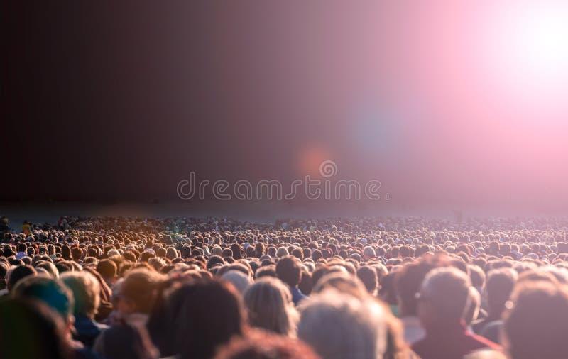 Grande foule des gens images stock