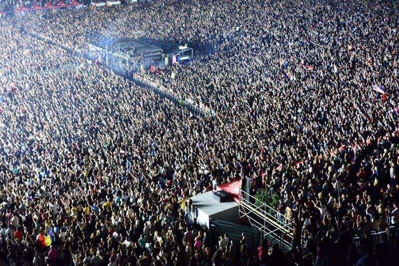 Grande foule des personnes à un concert dans l'avant de l'étape image stock