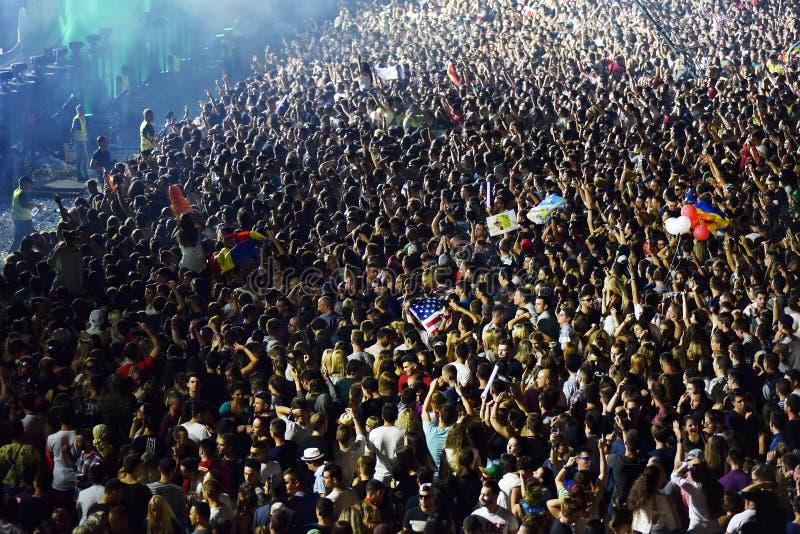 Grande foule des personnes à un concert dans l'avant de l'étape images stock