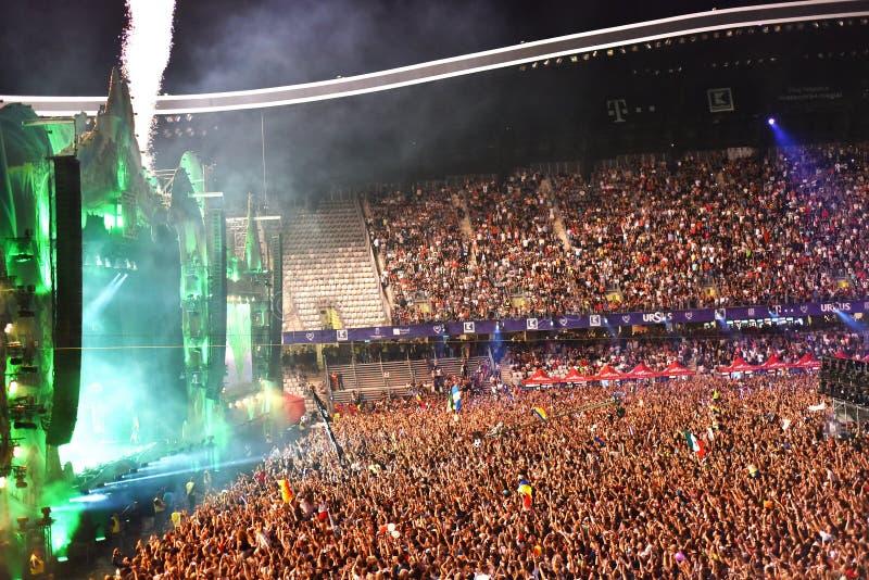 Grande foule des personnes à un concert dans l'avant de l'étape photographie stock libre de droits