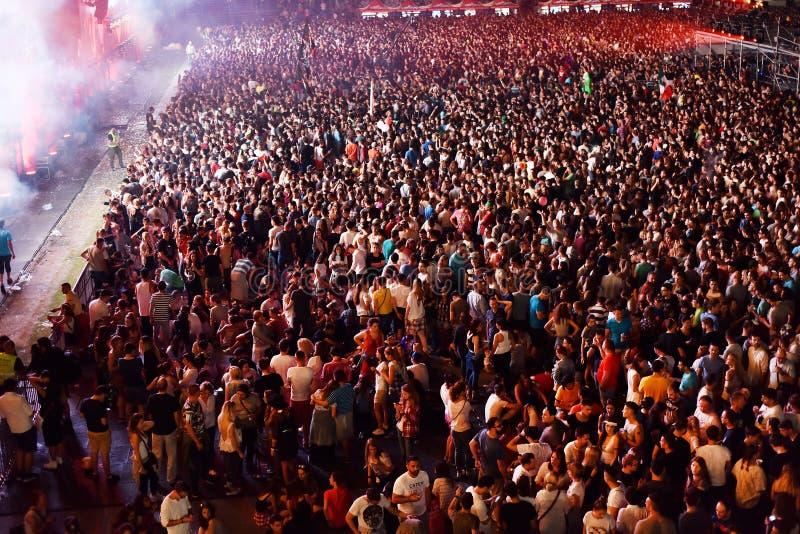 Grande foule des personnes à un concert dans l'avant de l'étape photos libres de droits