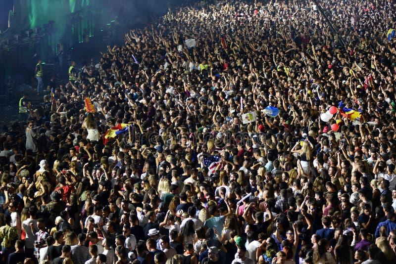 Grande foule des personnes à un concert dans l'avant de l'étape photos stock